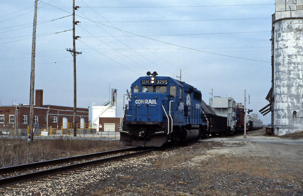Running east-west to the north of Kankakee was a Conrail line, the Kankaee Belt Route which allowed Conrail and its predecessors to by-pass Chicago. I came across GP40-2 3295 on an outsize load plus some MU cars from either New Jersey or Philadelphia, presumably being ferried as part of a rebuild programme.