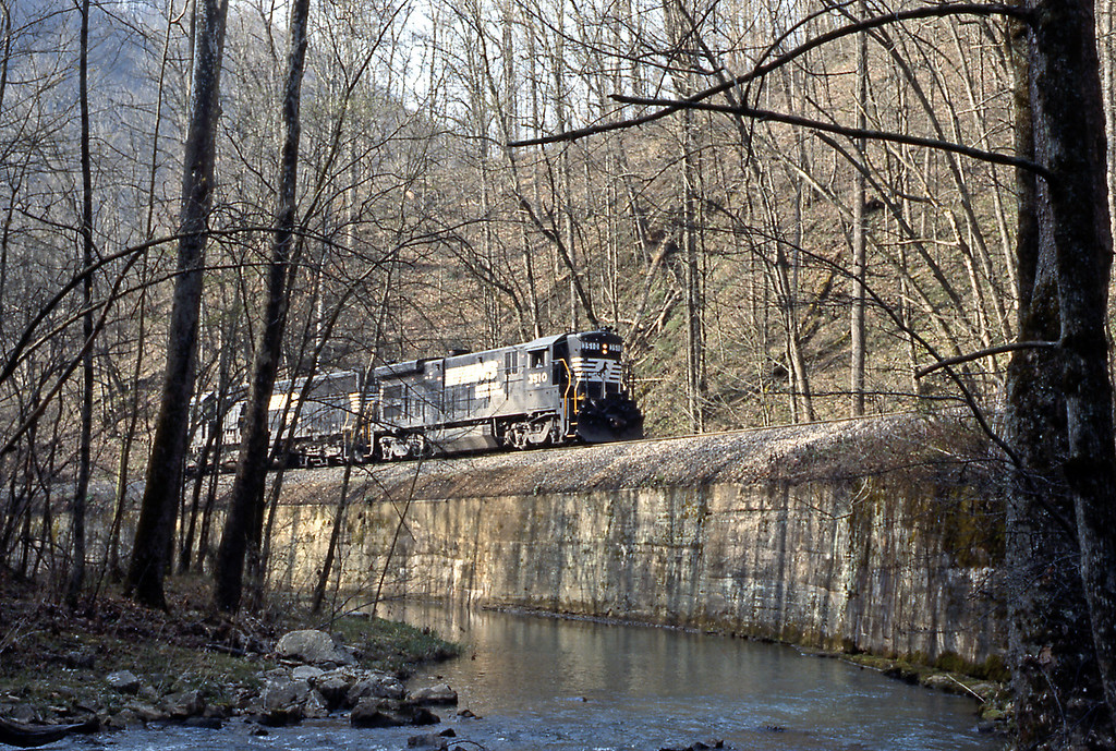 Day 4, Sunday. I started really early from Corbin to drive down the Cumberland Gap Parkway through the Cumberland Gap to the Natural Tunnel State Park, where the NS uses a natural tunnel. Approaching the tunnel a pair of NS light engines led by a B30-7.