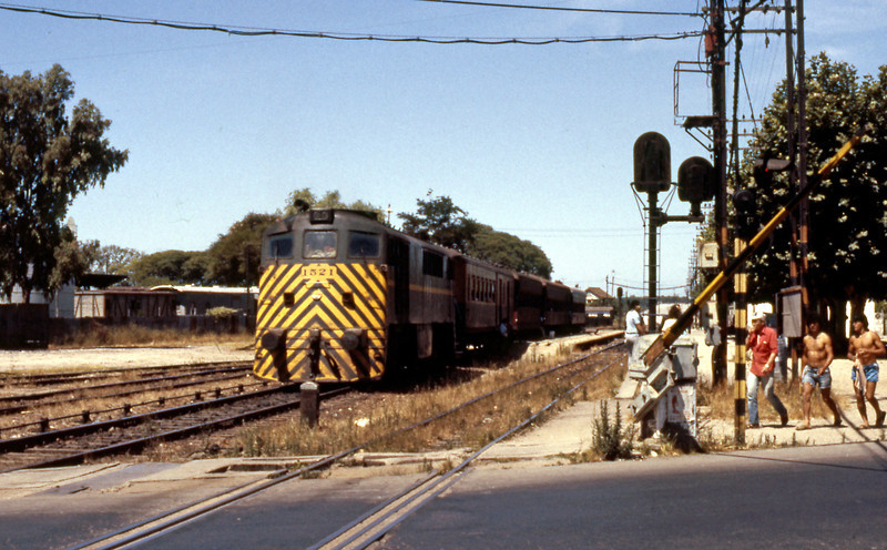 A 1500 waiting to leave Penarol on a Montevideo bound train.