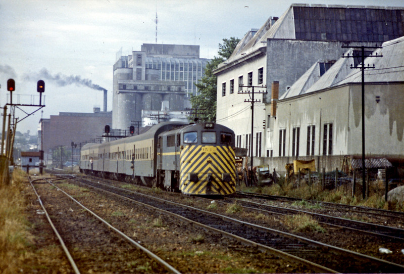 Another 1500 class on a train of former railcars approaching Montevideo, the outbound signal is off