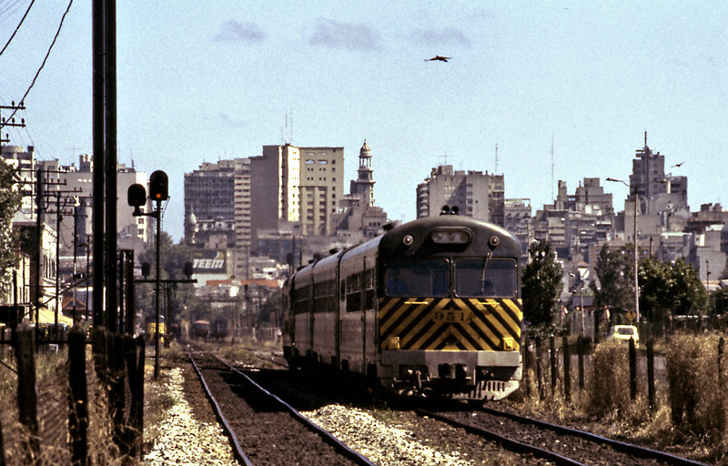 On a sunny afternoon a Ganz set leaving Montevideo. The sets consisted of a driving trailer, two intermediate trailers and the power car.