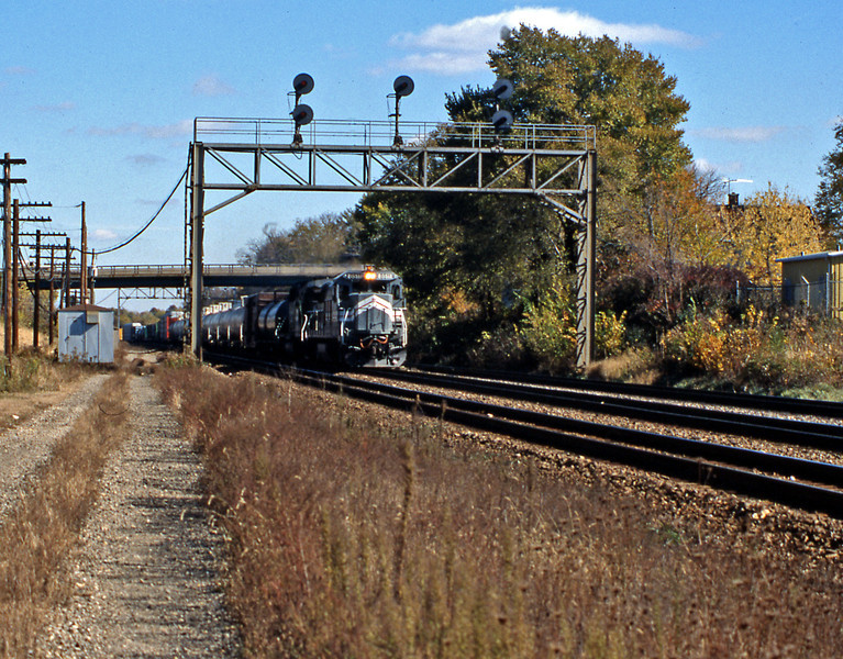 A westbound approaching Naperville station headed by one of the GE B39-8 leased from LMX by BN. I think they were nicknamed sharks.