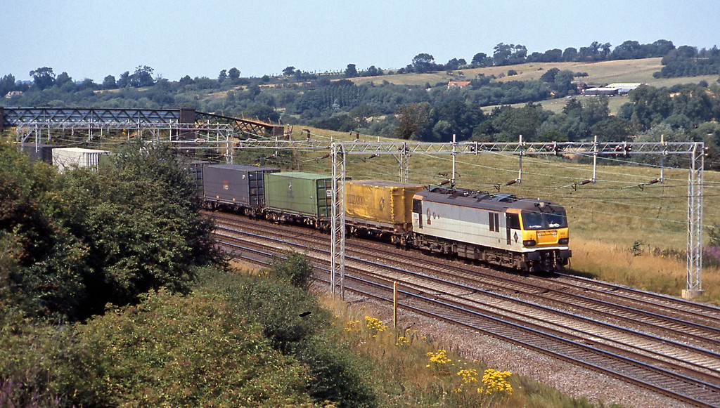 That was followed by the 4A38 14:27 Daventry to Wembley, again with Channel Tunnel traffic, this time containers and swapbodies.