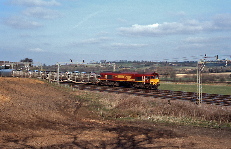 More Rovers for Italy behind 66009, including, behind the cartics WIA articulated quintarts.
