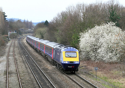 43142 & 43005 drift towards the Cheltenham stop with 1Z32 09.15 Paddington to Cheltenham race extra.