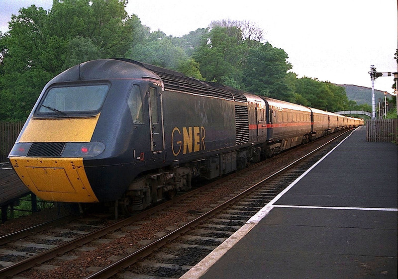 HST Power Car 43111 stands at Pitlochry with 43109 on the front with the down Highland Chieftain, Kings Cross to Inverness service 25/5/1998