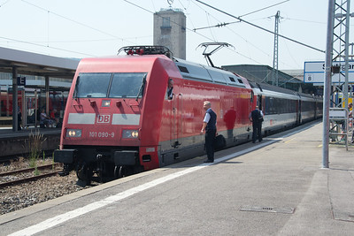 The crew of 101-090 confers before departure from Stuttgart Hbf