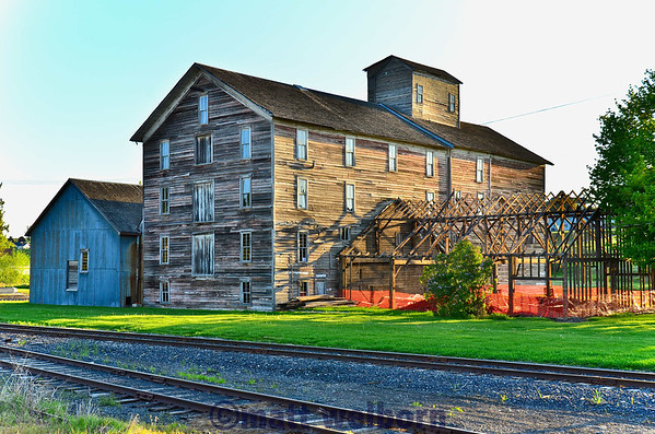 Former flour mill along former NP Palouse branch at Oaksdale.  Washington and Idaho Railway in Foreground