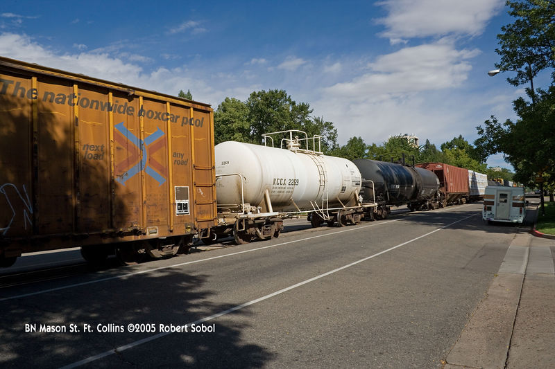 Sulfuric acid tanker with heavy grime below but fairly clean above. BN Mason St. Ft. Collins ©2005 Robert Sobol