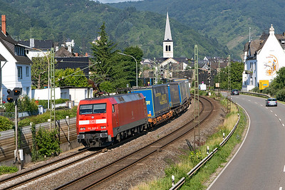 152 040 leans into the curve at Boppard Sud with a southbound LKW Intermodal service. Thursday 6th July 2017.