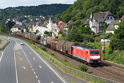 189 027 heads past Dattenberg north of Koblenz with a southbound mixed freight. Tuesday 4th July 2017.