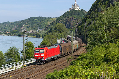 185 005 heads round the S curves south of Braubach with a southbound mixed freight. Friday 7th July 2017.