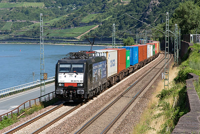 MRCE's 189 281 working for the Bayerhafen Gruppe heads a southbound Intermodal service past Assmannshausen. Wednesday 5th July 2017.