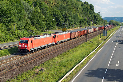 185 352 has 185 082 DIT with a northbound mixed freight passing Dattenberg. Tuesday 4th July 2017.