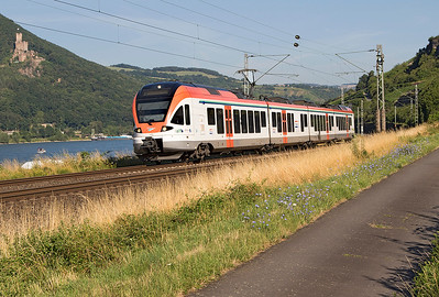 VIAS ET 402, 428 136 forming a Koblenz to Frankfurt service passes Bodental. Sooneck Castle is on the opposite bank. Wednesday 5th July 2017.