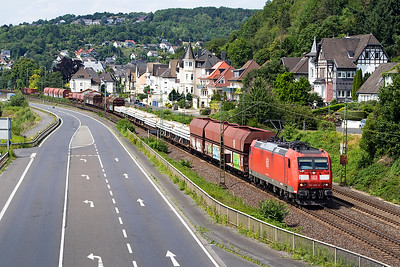185 065 heads a southbound mixed freight past Dattenberg north of Koblenz. Tuesday 4th July 2017.