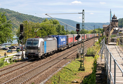 Railpool Vectron 193 827 on hire to TXL splits the signals passing Oberwessel with a northbound Intermodal service. Wednesday 5th July 2017.