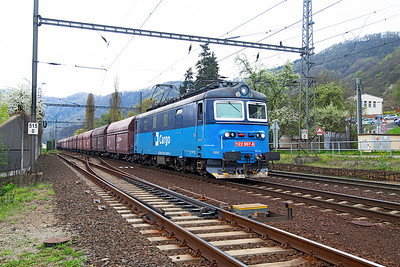 CD Cargo's 122 007 approaches Ústí nad Labem with empty coal hoppers. Monday 18th April 2016.