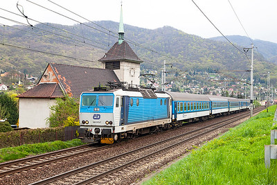 162 013 passes Vaňov with R608 13.27 Praha to Ústí nad Labem. Monday 18th April 2016.