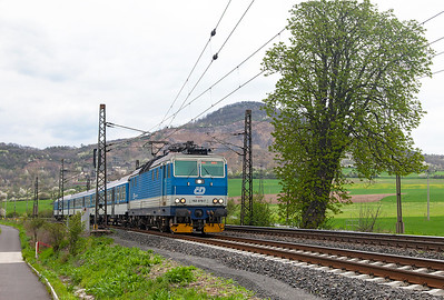 Push/pull fitted 163 079 'Majda' heads the 6457 15.03 Ústí nad Labem to Štětí past Libochovany. Tuesday 19th April 2016.