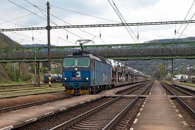 363 003 passes through Ústí nad Labem Střekov northbound with a loaded car train. Tuesday 19th April 2016.