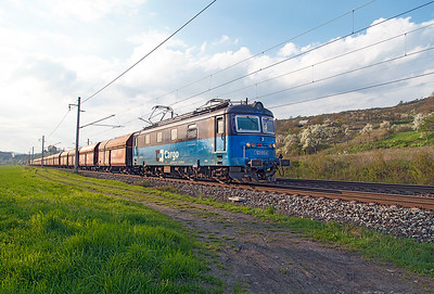 123 015 heads loaded coal hoppers southbound past Křeštice u Litoméříc. Monday 18th April 2016.