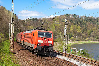 189 018 leans to the curve approaching Königstein with a southbound steel train. Wednesday 20th April 2016.