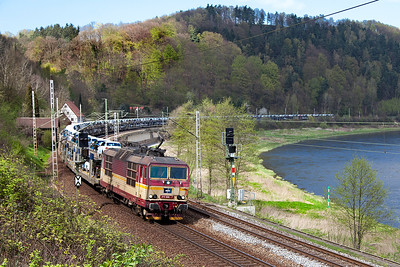 372 006 heads a southbound loaded car train round the curve approaching Königstein. Wednesday 20th April 2016.
