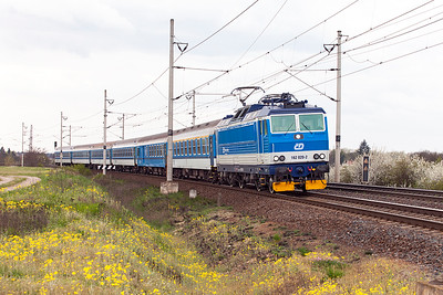 162 020 heads R607 08.27 Cheb to Praha past the level crossing at Zaluzi. Tuesday 19th April 2016.