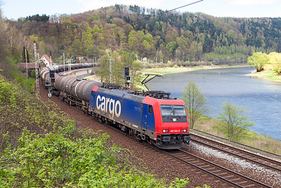 Railpool 482 042 on hire to SBB Cargo rounds the curve approaching Königstein with a southbound tank train. Wednesday 20th April 2016.