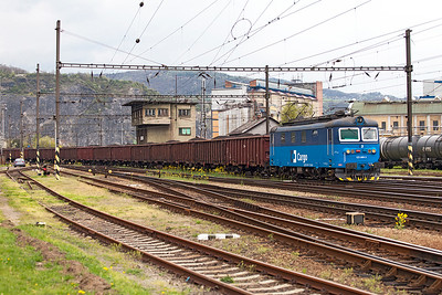123 009 comes off the river bridge into Ústí nad Labem Střekov with southbound loaded coal wagons. Tuesday 19th April 2016.