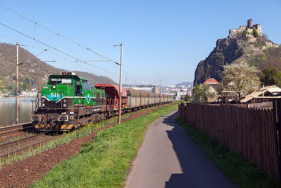 SD-KD's 741 706 heads a short train of hoppers south past Střekov Castle. Thursday 21st April 2016.