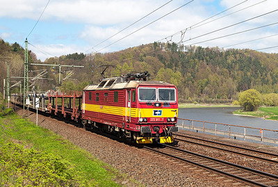 372 011 rounds the curve approaching Königstein with southbound empty car carriers. Wednesday 20th April 2016.
