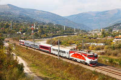 477-763 is southbound between Comarnic and Breaza Nord with IR1636 14.20 Brasov to Buchuresti Nord. Thursday 26th September 2013.