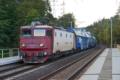 40-0752 arrives at Sinania Sud with R3001 06.35 Buchuresti Nord to Brasov. Wednesday 25th September 2013.