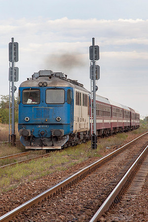 62-1171 splits the signals as it powers away from the station stop at Sabareni with R9105 16.55 Bucharesti Nord to Titu. Monday 23rd September 2013.