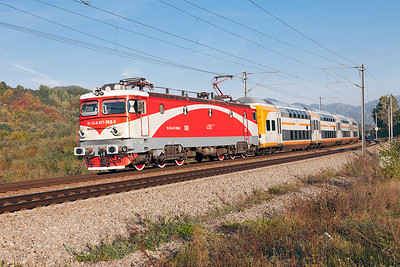 477-703 passes Nistoresti with IR1624 04.07 Sibiu to Bucharesti Nord. Thursday 26th September 2013.