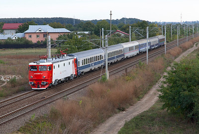 41-0387 is south of Buftea with IC472 17.40 Bucharesti Nord to Budapest sleeper service. Monday 23rd September 2013.