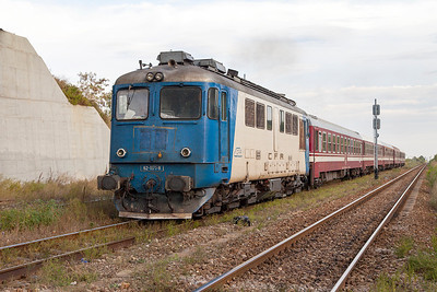 Sulzer 62-1171 powers away from the station stop at Sabareni with R9105 16.55 Bucharesti Nord to Titu. Monday 23rd September 2013.