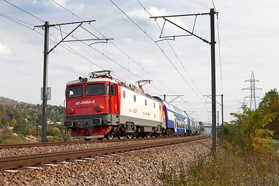 40-0669 heads away from Breaza Nord with R3003 14.10 Buchuresti Nord to Brasov. Thursday 26th September 2013.