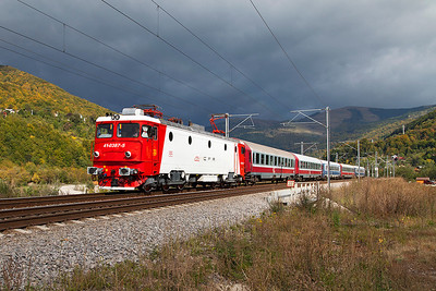 41-0387 is southbound near Comarnic with IR1528 06.10 Sibiu to Buchuresti Nord. Wednesday 25th September 2013.