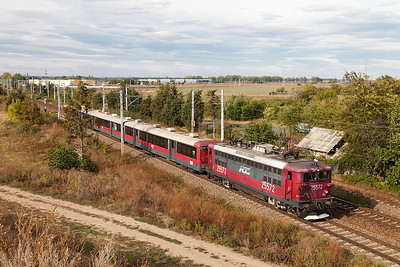 Regiotrans 25572 heads away from Buftea with RI4060 14.00 Brasov to Bucharesti Nord. Monday 23rd September 2013.