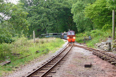 """Douglas Ferreira leads her train over Murthwaite oak """"hump"""", about to pass over the points to the relayed siding, 27/05/06."""