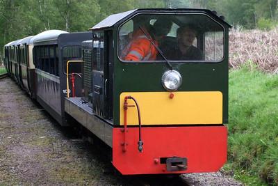 Lady Wakefield draws into Miteside loop, 09/05/09.