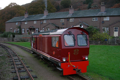 Douglas Ferreira outside Dalegarth Cottages on an extended run-round, 12/11/06.