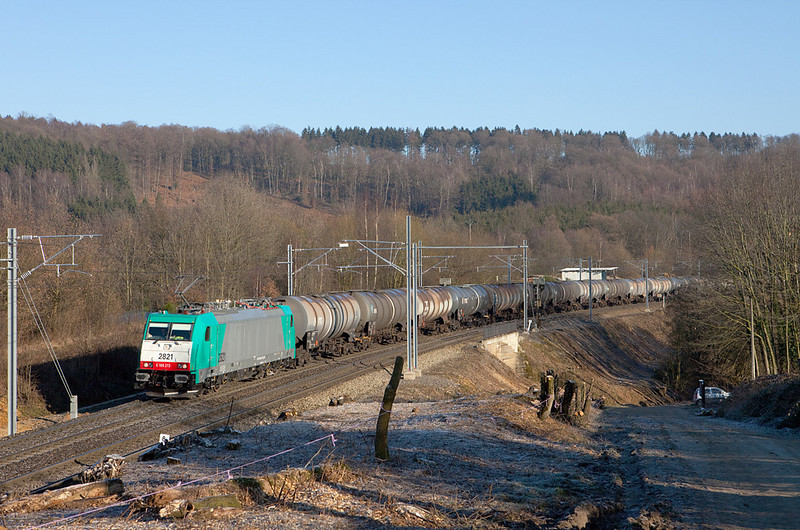 <b>30-Dec-2008</b>  Traffic slowly picks up again so a short excursion to the high iron was in order. I last visited this spot at the tunnel near Gemmenich (border between Germany and Belgium) about a year ago. The masts and catenary have destroyed all the nice sight lines that were there previously, and the Traxxes are not doing anything to compensate for the loss - quite the contrary.  Well, we can moan all we want, that's what we get from now on until someone figures out that, in fact, electricity doesn't just <i>appear</i> out of thin air. I don't think the current witch hunt against CO2 and accompanying irrational belief in electricity as the all-encompassing solution is going to end anytime soon. Ah well... At least Infrabel took the chainsaw to the brush in a massive way, opening up a number of angles again.  <i>2821 brings the DGS 41548 (Ludwigshafen - Antwerpen BASF) westbound through Botzelaar.</i>