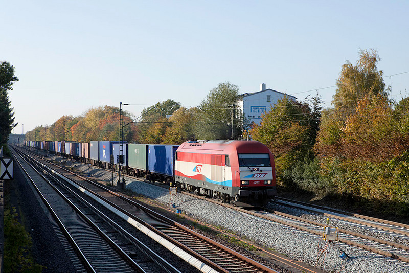 <b>20-Oct-2009</b>  A recent road trip allowed for a short stopover/food break in southern Hamburg. A strategically located KFC next to the main freight artery into and out of the port cannot be a bad combination.  Within a few minutes this Eurorunner - EVB 42011 - appeared with a container train in tow. Weekdays will net many photos in a short time as the railroads continue to carry a lot of freight, economic problems or not.  <i>EVB 42011 with container train eastbound in Hamburg-Hausbruch.</i>