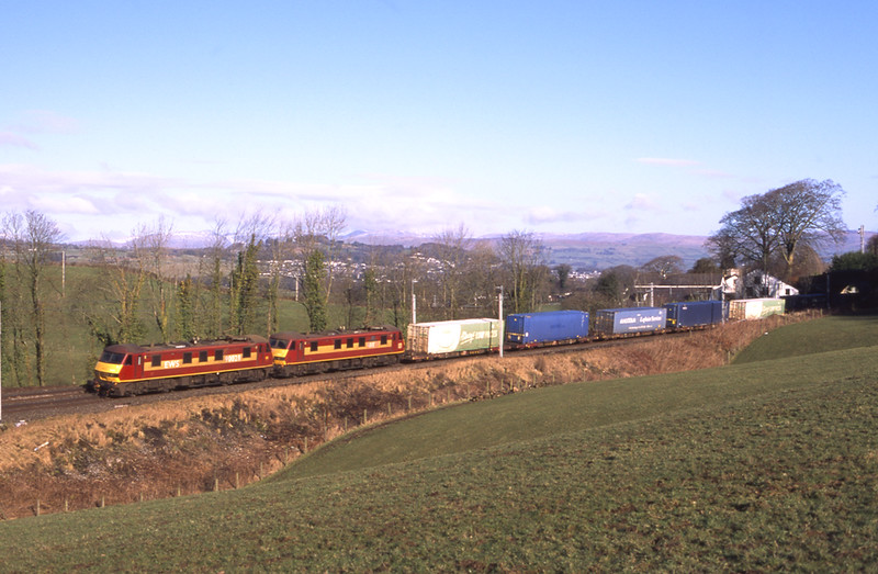 90028 and 90037 are seen near Oxenholme with the Mossend - Daventry Malcolm intermodal, 20/2/2018.