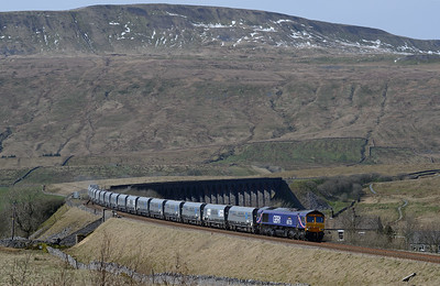 66725 passes Ribblehead with an Arcow-Pendleton stone working 24/3/17.