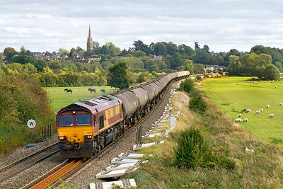 66186 passes Kings Sutton with 6E55 13.35 Theale to Lindsey empty tanks. Complete with train spotting sheep on the bank to the right! 21/09/2011